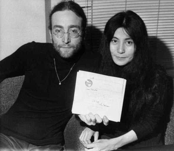 John-Lennon-Yoko-Ono-displaying-letter-from-Lennon-to-British-PM-Harol- Wilson